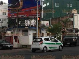 Xalapa, Ver., 27 de mayo de 2018.- El poste para la videovigilancia que se colocó en la esquina de 20 de Noviembre y Poeta Jesús Díaz obstruye la visibilidad del semáforo para quienes circulan con dirección a 5 de Febrero.