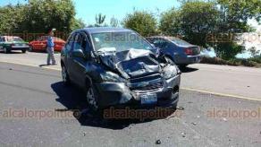 Acajete, Ver., 27 de mayo de 2018.- Dos automóviles particulares y un taxi chocaron en la carretera Xalapa-Perote, a la altura de la Joya Chica. Paramédicos atendieron a los cinco heridos por el percance.