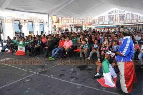 Xalapa, Ver., 17 de junio de 2018.- En Plaza Lerdo fue colocada una pantalla para que familias xalape�as disfrutaran el partido entre Alemania y M�xico, en su primer partido en el Mundial Rusia 2018.