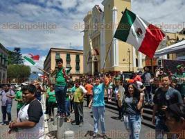 Xalapa, Ver., 17 de junio de 2018.- Aficionados festejan en Plaza Lerdo el triunfo de la Selecci�n Mexicana contra Alemania; hacen cierres intermitentes en la calle de Enr�quez.