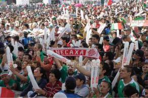Ciudad de M�xico, 17 de junio de 2018- En el Z�calo miles de aficionados al f�tbol apoyaron y festejaron en triunfo de la Selecci�n Mexicana 1 a 0 ante Alemania. Contin�a la fiesta en el �ngel de la Independencia.