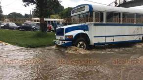 Banderilla, Ver., 17 de junio de 2018.- La lluvia de este domingo inund� algunos puntos de la carretera Xalapa-Banderilla, a la altura de El Gallito.