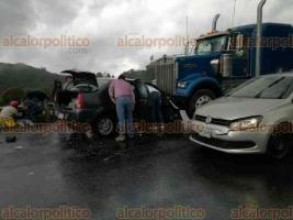 Acajete, Ver., 17 de junio de 2018.- Un autom�vil impact� de frente a un tr�iler en la carretera Xalapa-Perote, a la altura de La Joya; por el percance, una persona qued� prensada.