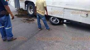 Veracruz, Ver., 17 de junio de 2018.- Una mujer que iba de pasajera en una motocicleta falleci� en el hospital, luego de ser arrollada por un autob�s del servicio urbano, en la avenida Miguel Alem�n. El chofer fue detenido.