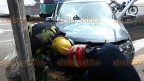 Veracruz, Ver., 18 de junio de 2018.- En la colonia Flores Mag�n chocaron un Jetta y autob�s de la ruta Revoluci�n; resultaron da�os materiales, dos personas lesionadas y derrame de combustible sobre el pavimento.