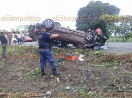 Tres Valles, Ver., 18 de junio de 2018.- El autom�vil de una aseguradora qued� partido a la mitad, debido a un accidente automovil�stico sobre la carretera Sayula de Alem�n-Tierra Blanca. Tres personas heridas se reportan delicadas.