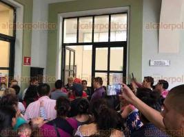 Xalapa, Ver., 21 de junio de 2018.- Vecinos del predio El Mango de la colonia Moctezuma, se manifestaron en las puertas de la Regidur�a Tercera del Palacio Municipal.