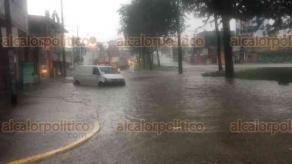 Xalapa, Ver., 21 de junio de 2018.- Se inund� la esquina de las avenidas L�zaro C�rdenas y Hern�ndez Castillo por la intensa lluvia de este jueves, impidiendo el paso a veh�culos y causando que otros quedaran atrapados.