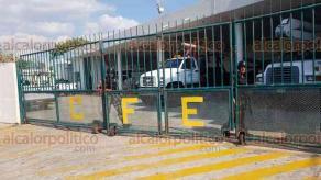 Coatzacoalcos, Ver., 21 de junio de 2018.- Personal de Seguridad F�sica ahora resguarda las instalaciones de la CFE en este municipio. Portan chalecos antibalas, cascos y armas de fuego. Apenas ayer mi�rcoles electricistas marcharon para exigir seguridad.