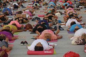 Boca del R�o, Ver., 22 de junio de 2018.- Como parte del D�a mundial de Yoga, se imparten sesiones gratis en plazas p�blicas de la ciudad. Esta tradicional disciplina oriental ayuda a armonizar la mente y el cuerpo a trav�s de la meditaci�n.