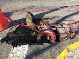 Veracruz, Ver., 22 de junio de 2018.- El hundimiento en la calle Hidalgo, esquina Esteban Morales, empeor� por la falta de atenci�n de las autoridades; ahora tiene alrededor de un metro de profundidad y representa un peligro para los automovilistas.