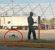 Coatzacoalcos, Ver., 22 de junio de 2018.- Un polic�a estatal fue captado usando un dron para tomar im�genes del evento del candidato del PAN a la Gubernatura, Miguel �ngel Yunes M�rquez, hijo del actual mandatario de la entidad. Hasta ahora, no se hab�a visto a la SSP �vigilar� campa�as usando esta tecnolog�a.