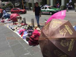 Xalapa, Ver., 15 de julio de 2018.- Ante el evento del gobernador electo Cuitl�huac Garc�a en la Plaza Lerdo, comerciantes aprovecharon para vender a los asistentes los