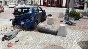 Veracruz, Ver., 15 de julio de 2018.- Dos j�venes en un auto rojo chocaron contra un carro particular, estacionado afuera del cuartel de Bomberos Municipales, entre Ray�n y Zaragoza. Los responsables fueron interceptados sobre la avenida Independencia, cuando pretend�an huir.