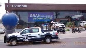 Veracruz, Ver., 16 de julio de 2018.- Cuatro sujetos armados asaltaron la agencia de autos Hyundai, en avenida Ej�rcito Mexicano. Se apoderaron de efectivo y huyeron en taxi; arribaron Polic�a Naval y Estatal.