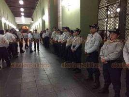 Xalapa, Ver., 16 de julio de 2018.- Cerca de las 20:30 horas, todos los accesos a Palacio de Gobierno fueron cerrados con candado, mientras un �pelot�n� de elementos del IPAX resguarda las instalaciones.
