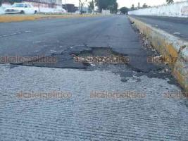 Veracruz, Ver., 20 de julio de 2018.- Al bajar el puente de la avenida Ignacio Allende en el carril de sur a norte, se encuentra un gran bache del cual han sido v�ctimas varios automovilistas en los �ltimos d�as.