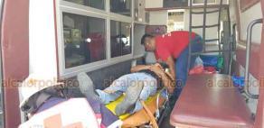 Coatzacoalcos, Ver., 20 de julio de 2018.- La tarde de este viernes, en el malec�n costero, a la altura de la colonia El Tesoro, chocaron un taxi y otro autom�vil. Un joven que iba de copiloto en el veh�culo de alquiler tuvo que ser trasladado a un hospital.