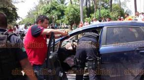 Veracruz, Ver., 21 de julio de 2018.- En la avenida Salvador D�az Mir�n, junto al parque infantil Cri-Cri, un joven en un auto particular, al parecer alcoholizado, perdi� el control y colision� contra unos carros estacionados y avent� a una mujer que estaba recargada en una camioneta.