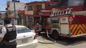 Xalapa, Ver., 13 de agosto de 2018.- Evacuaron un tramo de la calle Insurgentes, entre Poeta JD y Aldama, por incendio en vivienda. Olor a gas invadió la vía y vecinos desalojaron el lugar.