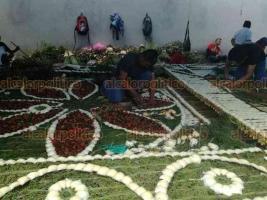 Teocelo, Ver., 13 de agosto de 2018.- Alrededor de 10 personas guiadas por el artesano José Pedro González, elaboran el arco floral en honor a La Asunción; pesa unos mil 800 kilos y deben cargarlo entre varios hombres.
