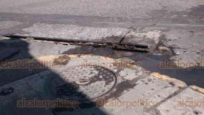 Veracruz, Ver., 15 de agosto de 2018.- Rieles por donde alguna vez pasó el tranvía de Veracruz, se desprenden del concreto; resultan un peligro para conductores y peatones que cruzan las calles 5 de Mayo, Rayón y Cortés, en la zona Centro.