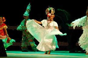 Veracruz, Ver., 15 de agosto de 2018.- Este miércoles, en el Teatro de La Reforma, se cortó el listón para iniciar el 22 Festival Afrocaribeño, para luego, con varios asientos vacíos, dar paso a la gala inaugural con artistas panameños. Fue clara la falta de difusión del IVEC sobre el evento.