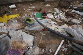 Veracruz, Ver., 16 de agosto de 2018.- Los alrededores de la Ciudad Judicial, en la colonia Vista Mar están llenas de baches y se han convertido en basurero. En la esquina de Cuauhtémoc y Jiménez Sur hay gran cantidad de hoyos en el asfalto y basura en la banqueta.
