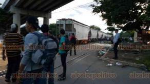 """Coatzacoalcos, Ver., 16 de agosto de 2018.- Sin importar lo que pueda ocurrirles, decenas de migrantes intentan treparse al tren conocido como """"La Bestia""""."""