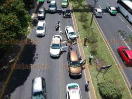 Xalapa, Ver., 17 de agosto de 2018.- Accidente automovilístico sobre la avenida Lázaro Cárdenas, a la altura de Plaza Ánimas, alrededor de las 11:30 horas de este viernes; no hubo lesionados.