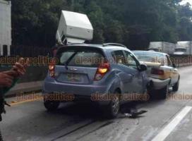 """Fortín, Ver., 17 de agosto de 2018.- La tarde de este viernes hubo dos accidentes en la autopista Orizaba-Córdoba, en el puente """"Metlac"""". Primero chocaron tres camionetas y después, en el carril contrario, un taxi y un Chevrolet Spark."""