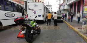 Xalapa, Ver., 17 de agosto de 2018.- Choque entre taxi y autobús del transporte público afectó el tráfico frente a Plaza Clavijero, en el Centro; no hubo lesionados.