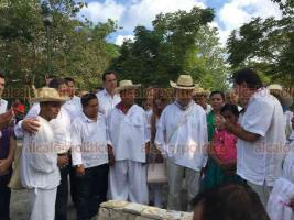 Papantla, Ver., 18 de agosto de 2018.- El gobernador electo Cuitláhuac García visitó el parque temático Takilhsukut para encontrarse con el Consejo de Ancianos, en la Casa de los Abuelos. Fue recibido por el productor ejecutivo de Cumbre Tajín, Salomón Bazbaz Lapidus.