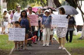 Veracruz, Ver., 18 de agosto de 2018.- Protesta de vecinos del fraccionamiento Reforma sobre la calle Martí, por el exceso de bares y restaurantes en la zona.