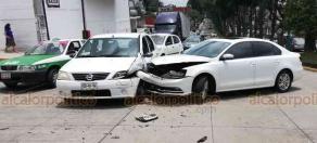 Xalapa, Ver., 18 de agosto de 2018.- Choque entre dos vehículos particulares sobre la avenida Orizaba, a la altura del salón Bazar, conductor de un vehículo Jetta invadió el carril de un automóvil Nissan; no hay lesionados.