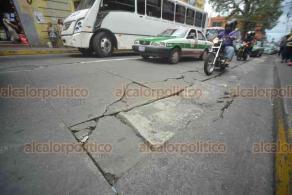 Xalapa, Ver., 18 de agosto de 2018.- El asfalto de la calle Revolución, entre Abasolo y Poeta Jesús Díaz, se encuentra en un muy mal estado; automovilistas y motociclistas sortean baches y hundimientos.