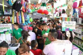Xalapa, Ver., 19 de agosto de 2018.- Papelerías lucen abarrotadas por los padres de familia, quienes de última hora compran los útiles escolares.