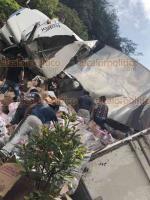 Atzalan, Ver., 19 de agosto de 2018.- Luego de que volcara un tráiler en la carretera hacia Tlapacoyan, personas aprovecharon para robar los productos que la unidad transportaba.