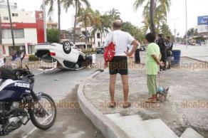 Veracruz, Ver., 20 de agosto de 2018.- En el bulevar Ávila Camacho y Xicoténcatl en esta ciudad, a la altura de la zona de Villa del Mar fue la volcadura de un carro compacto de color blanco.