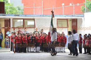 Xalapa, Ver., 20 de agosto de 2018.- En el Centro Escolar Revolución, la directora Eva Alejandra Vidal Contreras dio la bienvenida a los alumnos que inician el ciclo escolar 2018-2019.