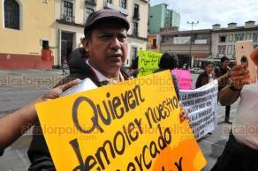 Xalapa, Ver., 20 de agosto de 2018.- En Plaza Lerdo se manifestaron locatarios de Xico, quienes se oponen a la demolición del mercado 20 de Noviembre que planean autoridades municipales para crear una plaza comercial.