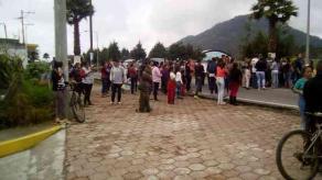 """Acatlán, Ver., 20 de agosto de 2018.- Padres de familia de la escuela primaria """"Lic. Jorge Cerdán"""" bloquearon la carretera Naolinco-Misantla, acusan que quieren quitar el turno vespertino."""