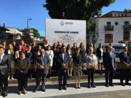 Xalapa, Ver., 19 de septiembre de 2018.- La directora del DIF municipal, Mayra Laura Berrecos de Escobar, acompañada por jefes de área hizo guardia de honor ante la figura de Miguel Hidalgo.