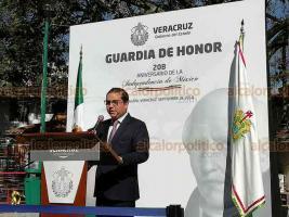 Xalapa, Ver., 19 de septiembre de 2018.- El director del Instituto Tecnológico de Xalapa, Juan Enrique Ramos Ríos, acompañado de colaboradores hizo guardia de honor ante el monumento a Miguel Hidalgo.