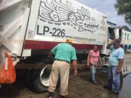 Coatzacoalcos, Ver., 19 de septiembre de 2018.- Debido a las lluvias ocurridas por la madrugada, se reblandeció la tierra y un camión recolector de basura cayó en un socavón sobre la calle Justo Sierra, esquina con Lázaro Cárdenas, en la colonia Playa Sol.