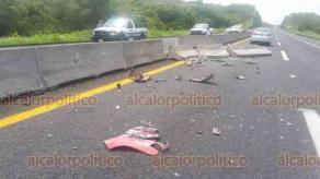 Emiliano Zapata, Ver., 20 de septiembre de 2018.- El taxi 110, de Cosamaloapan, volcó tras chocar contra barrera divisoria de la carretera Xalapa-Plan del Río; tres personas resultaron lesionadas, entre ellos una menor de edad, las trasladaron al Centro de Alta Especialidad, en Xalapa.