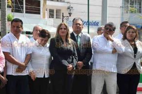 Xalapa, Ver., 21 de septiembre de 2018.- El secretario general del PVEM en Veracruz, Carlos Marcelo Ruíz Sánchez, acompañado por militantes hicieron guardia de honor ante el monumento de Miguel Hidalgo.