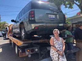 Veracruz, Ver., 21 de septiembre de 2018.- Durante operativo en la calle Juan Enríquez, propietarios de vehículos que se encontraban mal estacionados se inconformaron cuando comenzaron a ser retirados con grúa, incluso algunos pretendían encadenarse a las unidades.