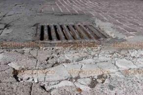 Veracruz, Ver., 21 de septiembre de 2018.- Durante la administración de Jon Rementeria Sempé, la calle Landero y Coss se adoquinó con la intención de volverla peatonal. Tal proyecto no se concretó y actualmente el adoquín está levantado, roto o en algunas zonas ya ni existe.