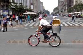 """Ciudad de México., 22 de septiembre de 2018.- Ciclistas disfrutan del Zócalo durante el """"Día mundial sin automóvil"""", además que recibir gratis la placa de la CDMX. La bicicleta es un medio de transporte, trabajo y de convivencia familiar importante en la Ciudad de México."""